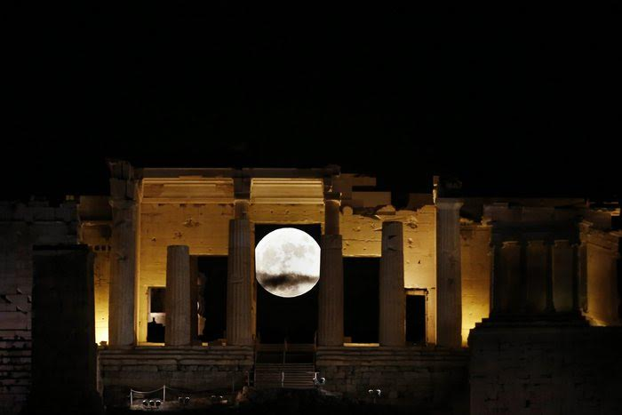 epa05631419 The full moon rises through the Propylaia of the ancient Acropolis hill in Athens, Greece, 14 November 2016. The moon is the largest full moon since 1948 also known as the 'supermoon,' when the moon reaches its closest point to Earth. The next time the moon will be this close will be on 25 November 2034.  EPA/YANNIS KOLESIDIS